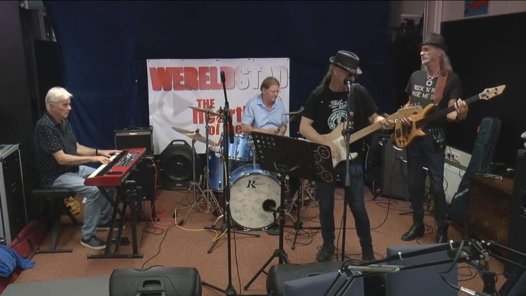 Bos's Bluesband op het podium bij Wereldstad